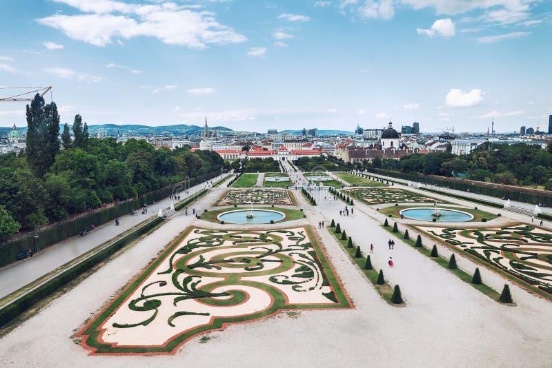 Vue sur le Belvedere à la journée nuageuse avec touristes image stock