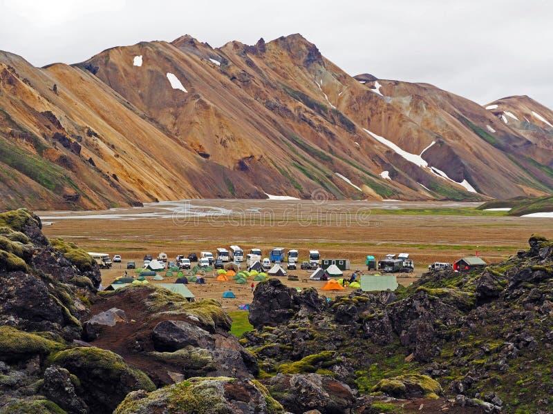 Vue sur le camping landmannalaugar - début de voyage célèbre de l'Islande photo stock