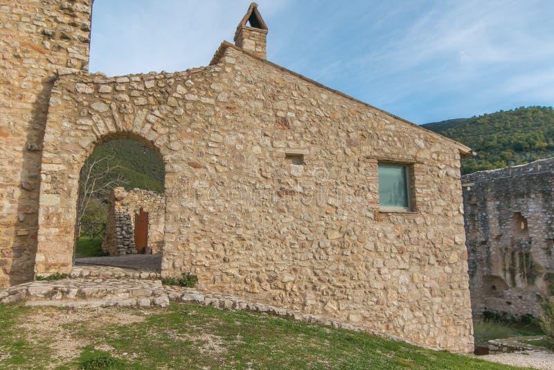 Vue sur le centre historique du village médiéval de Campello Alto Maison abandonnée à l'intérieur du château photographie stock