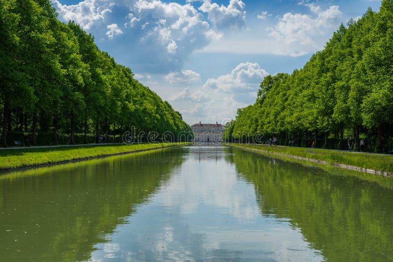 Vue sur le château avec la longue rivière photos libres de droits