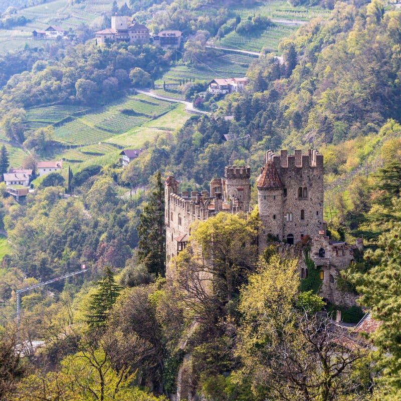 Vue sur le château Brunnenburg à l'intérieur de la vallée et du paysage de Meran r photos libres de droits