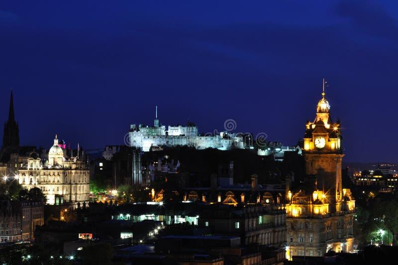 Vue sur le château d'Edimbourg dans la nuit photos stock