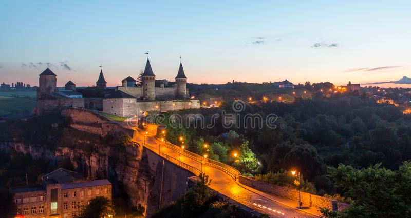 Vue sur le château dans Kamianets-Podilskyi le soir l'ukraine photo libre de droits