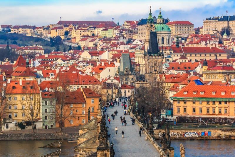 Vue sur le château de Prague de Charles Bridge photos stock