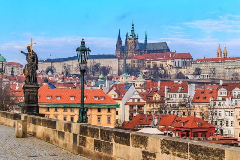 Vue sur le château de Prague de Charles Bridge photo libre de droits