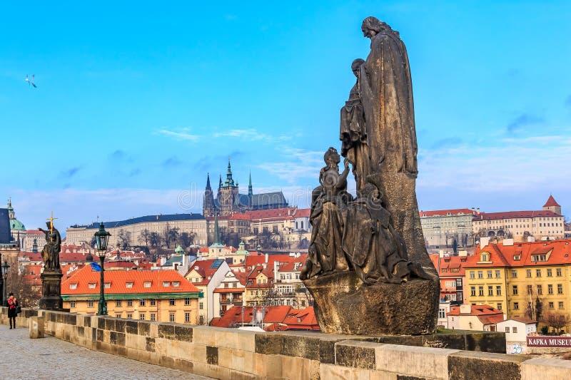 Vue sur le château de Prague de Charles Bridge photographie stock libre de droits
