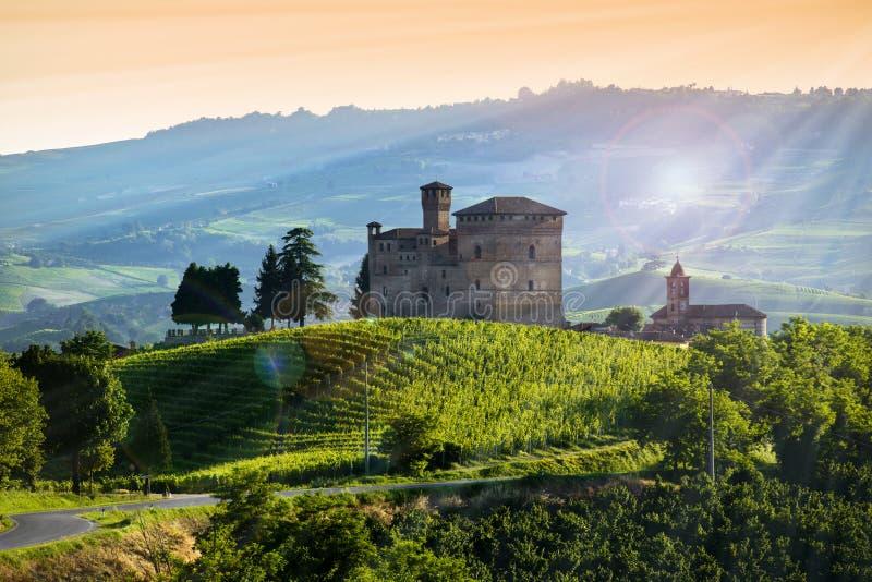 Vue sur le château du cavour de Grinzane au coucher du soleil images stock