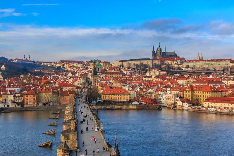 Vue sur le ch?teau de Prague de Charles Bridge photos stock