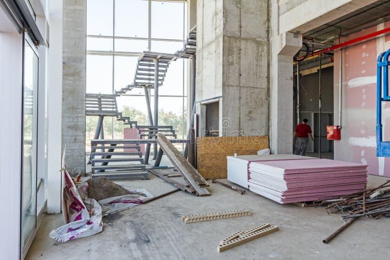 Vue sur le chantier de construction d'intérieur de la grande exposition moderne non finie photos libres de droits