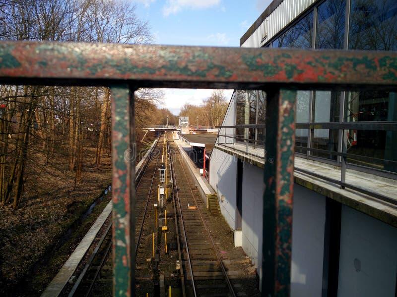 Vue sur le chemin de fer par la balustrade photographie stock libre de droits