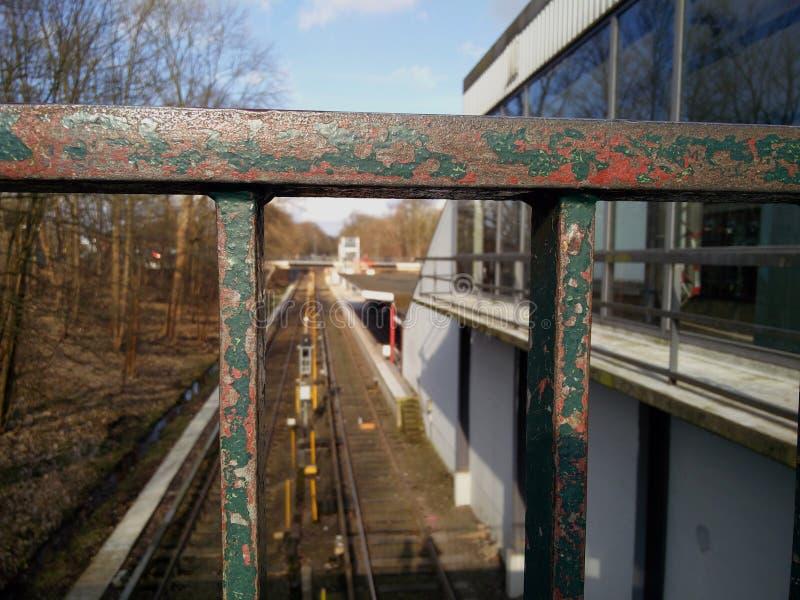Vue sur le chemin de fer par la balustrade photo libre de droits