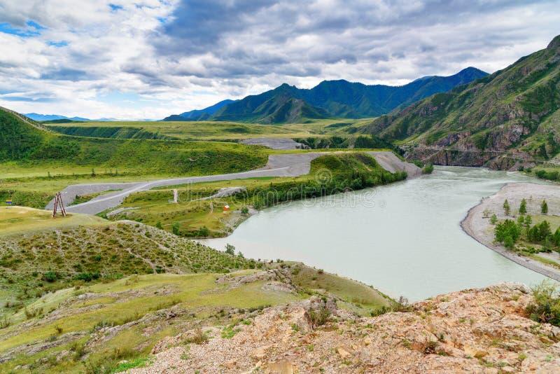 Vue sur le confluent des rivières Katun et Chuya en montagnes République d'Altai, Russie photos stock