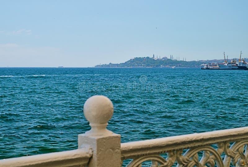 Vue sur le détroit de Bosporus depuis la côte d'Istanbul images stock