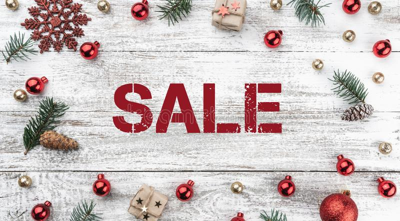 Vue sur le fond de Noël du vieux bois Rouge et babioles d'or Branchements et cônes de sapin Articles de Noël Vue supérieure Horiz image libre de droits