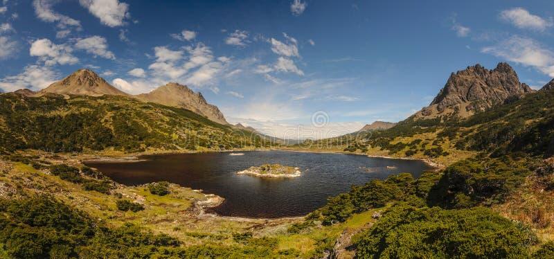 Vue sur le lac et les montagnes autour sur le voyage le plus le plus au sud dans le monde en Dientes de Navarino en Isla Navarino images stock