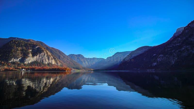 Vue sur le lac Hallstatt pendant le matin d'automne images libres de droits