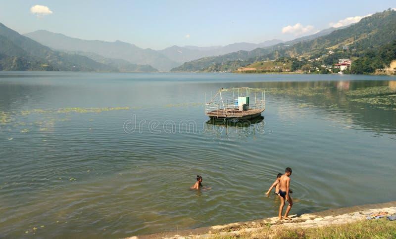 Vue sur le lac Phewa Pokhara Nepal photographie stock