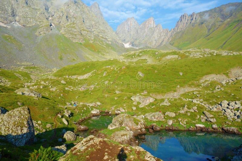 Vue sur le passage de montagne de Chaukhi du lac bleu Abudelauri en montagnes de Caucase, la Géorgie photo libre de droits