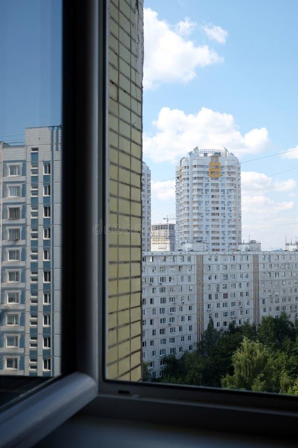 Vue sur le paysage urbain avec les immeubles denses de développement urbain et de construction dans l'espace vert de la ville photos libres de droits
