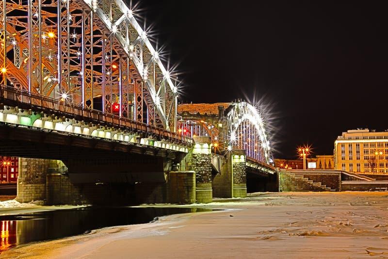 Vue sur le pont de Bolsheokhtinsky à travers Neva River dans le St Petersbourg, Russie en Th photos stock