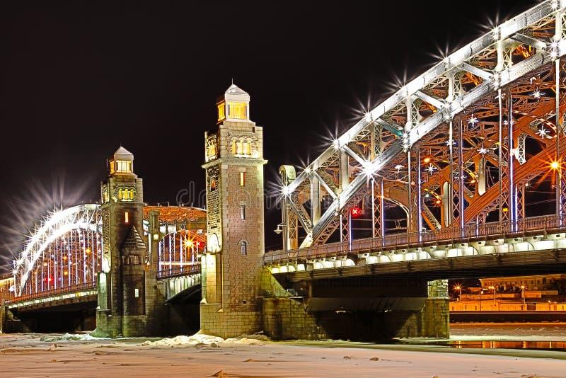 Vue sur le pont de Bolsheokhtinsky à travers Neva River dans le St Petersbourg, Russie en Th photo libre de droits