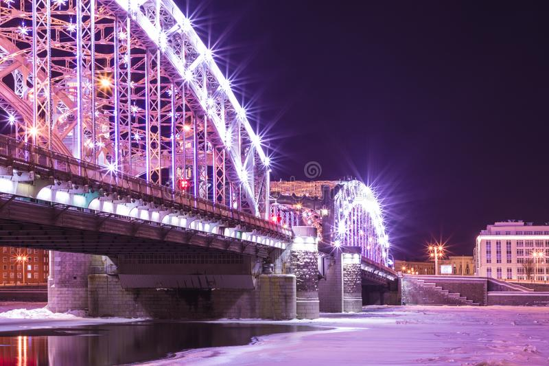 Vue sur le pont de Bolsheokhtinsky à travers Neva River dans le St Petersbourg, Russie en Th photographie stock