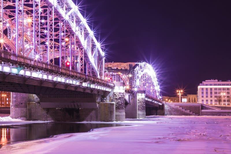 Vue sur le pont de Bolsheokhtinsky à travers Neva River dans le St Petersbourg, Russie en Th images libres de droits