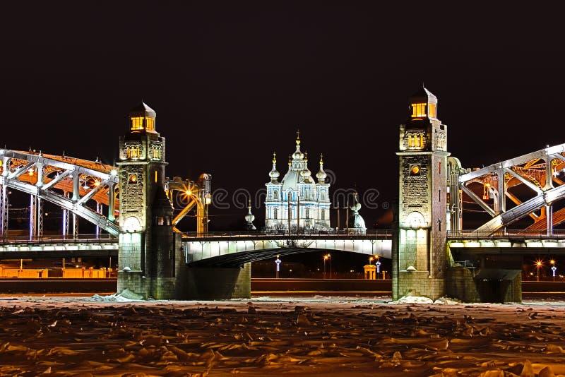 Vue sur le pont de Bolsheokhtinsky à travers Neva River et la cathédrale de Smolny dans le St Petersbourg, Russie en Th photographie stock libre de droits