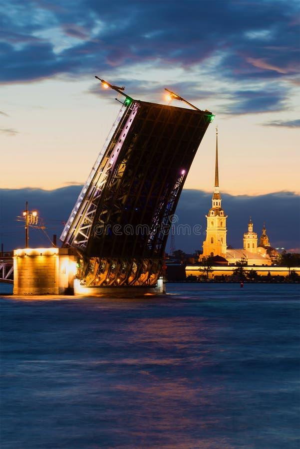 Vue sur le pont divorcé de palais et le Peter et le Paul Cathedral, nuit de juin St Petersburg photo stock