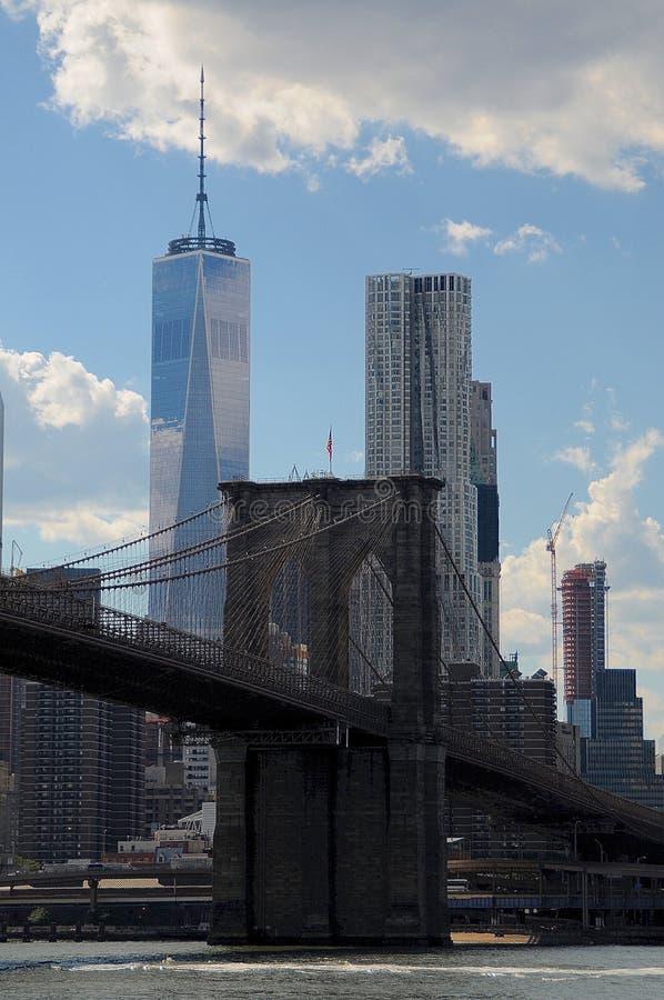 Vue sur le pont et le Freedom Tower de Brooklyn photos stock