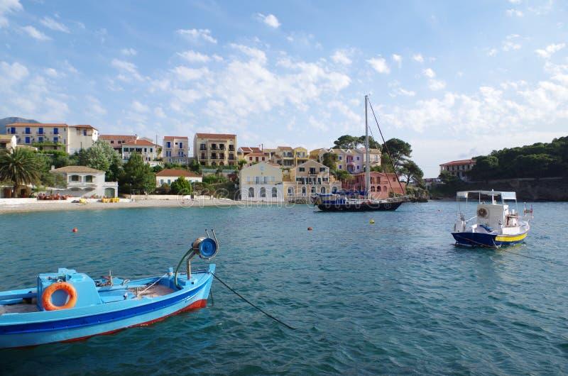Vue sur le port et la plage d'Assos romantique, Kefalonia, Grèce image stock