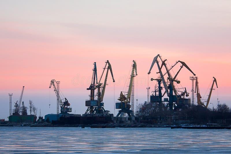 Vue sur le port maritime avec des grues photo libre de droits
