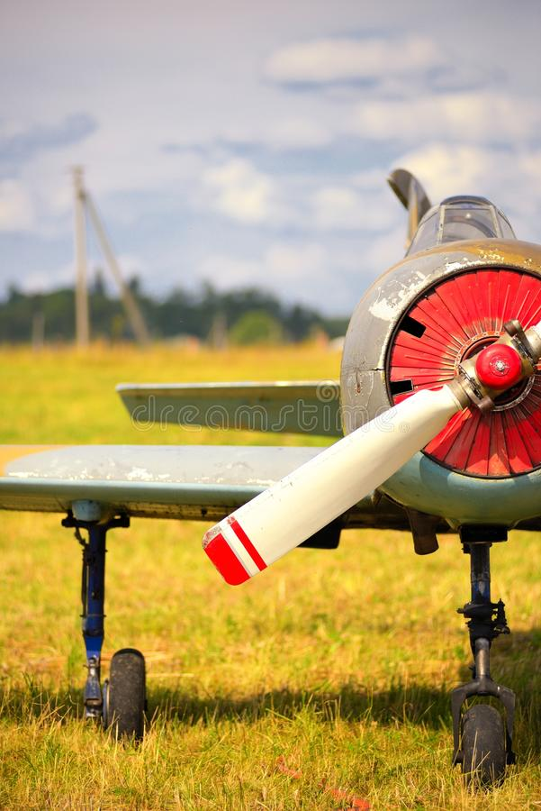 Download Vue Sur Le Propulseur Sur Le Vieil Avion Russe Sur L'herbe Verte Photo stock - Image du zone, historique: 45350278