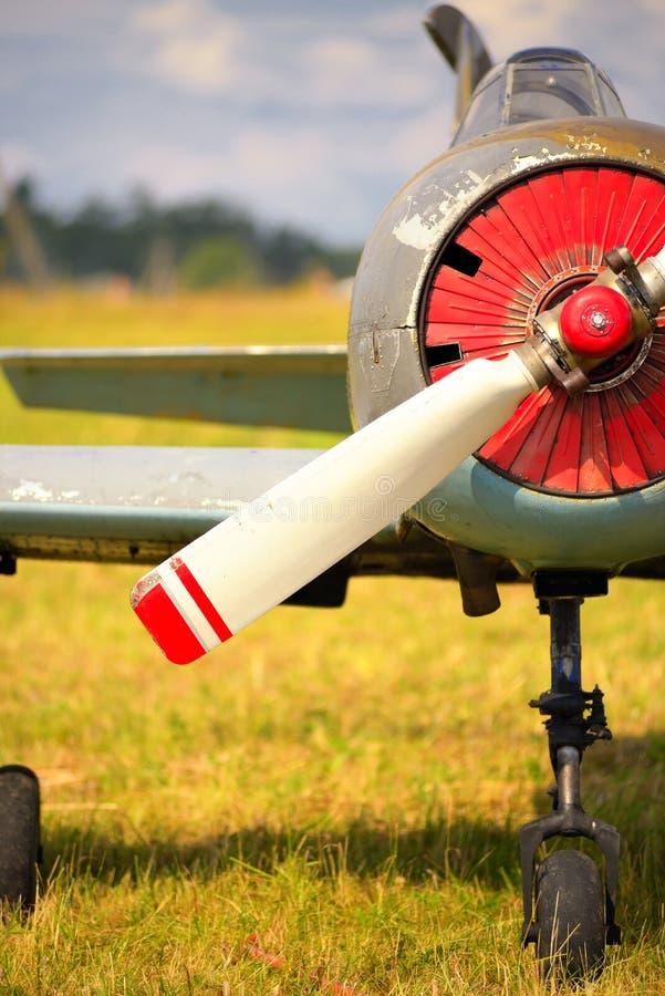Download Vue Sur Le Propulseur Sur Le Vieil Avion Russe Sur L'herbe Verte Image stock - Image du jour, ciel: 45350525