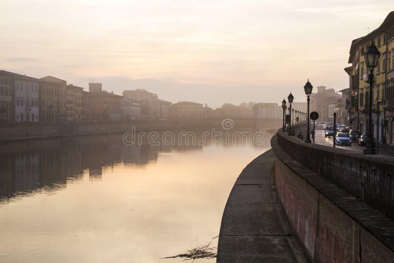Vue sur le remblai de la rivière de l'Arno au lever de soleil à Pise photo libre de droits