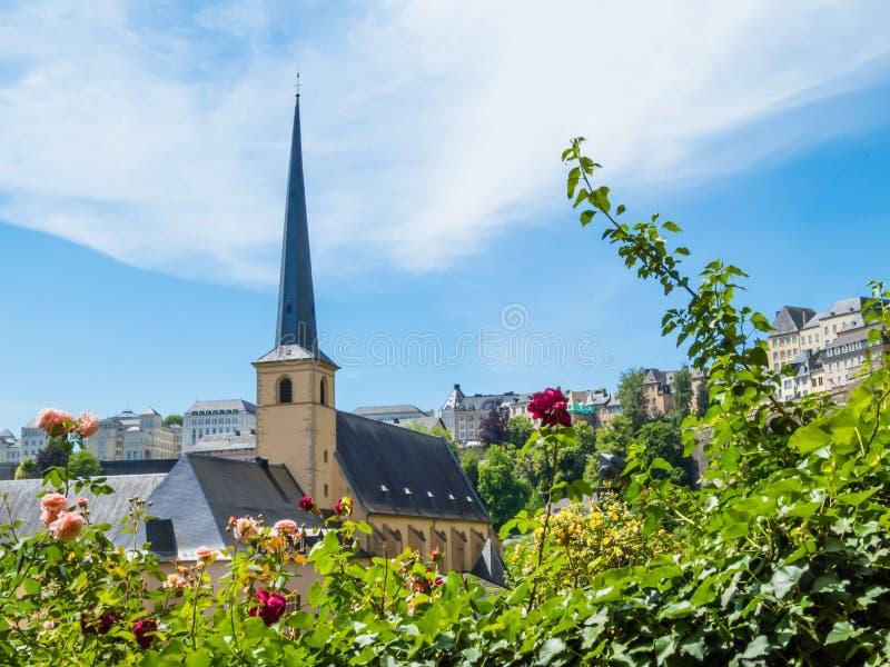 Vue sur le secteur de Grund de la ville du Luxembourg photographie stock libre de droits
