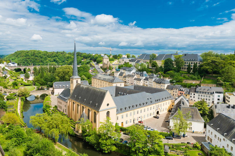 Vue sur le secteur de Grund de la ville du Luxembourg photos libres de droits