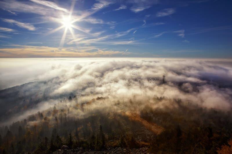 Vue sur le soleil au-dessus de l'inversion de plaisanter photos libres de droits