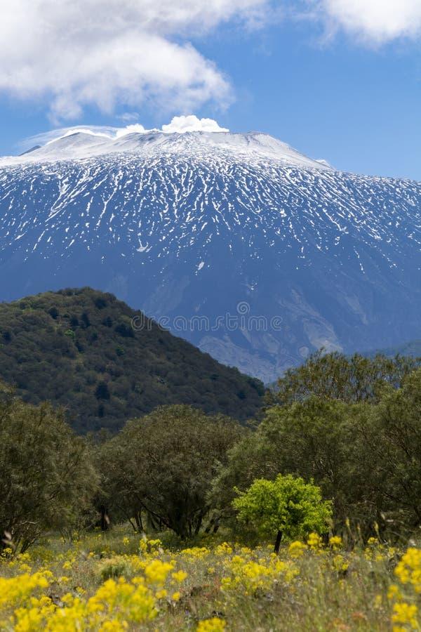Vue sur le stratovolcano actif dangereux le mont Etna sur la Côte Est de l'île Sicile, Italie photos stock