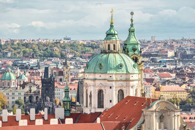 Vue sur le toit de St Francis antique d'église d'Assisi et de vieille ville Le St Francis d'Assisi revendique le deuxième-plus vi photos libres de droits