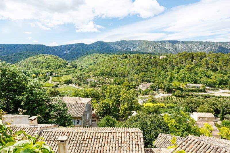 Vue sur le toit et le paysage de village de la Provence image stock