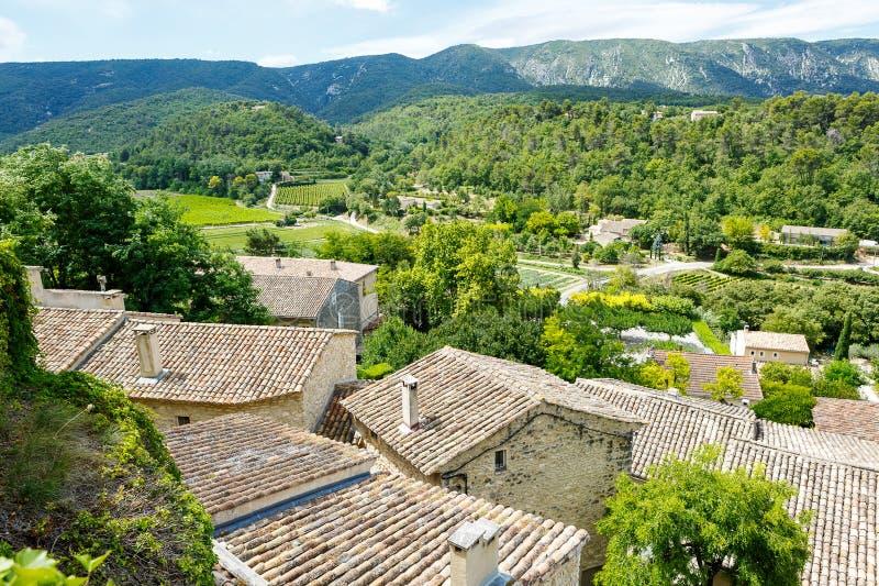 Vue sur le toit et le paysage de village de la Provence image libre de droits
