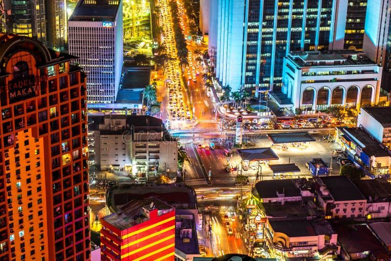Vue sur le trafic d'un carrefour à Manille la nuit photo libre de droits