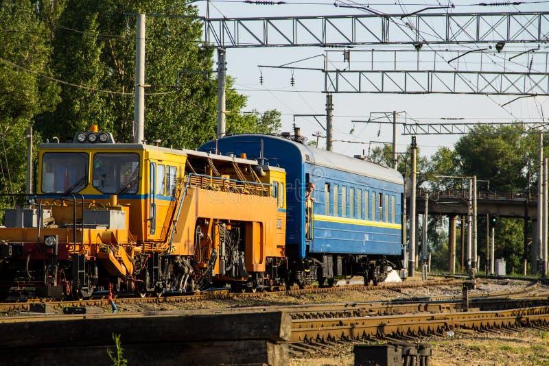 Vue sur le train d'entretien sur la voie ferrée images stock