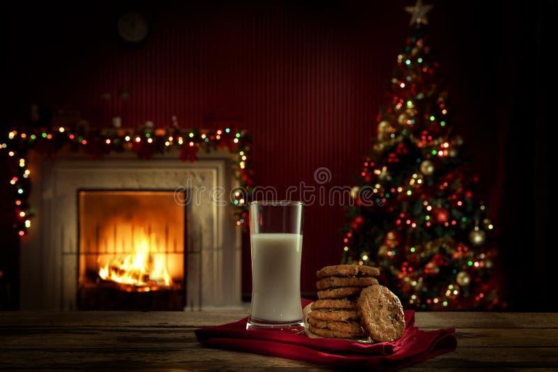 Vue sur le verre de lait avec des biscuits sur le dos de couleur photo libre de droits
