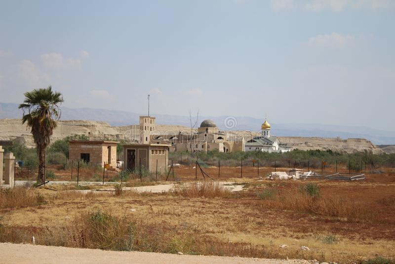 Vue sur les églises chrétiennes orthodoxes près de la frontière, Jordan River, Jéricho images libres de droits