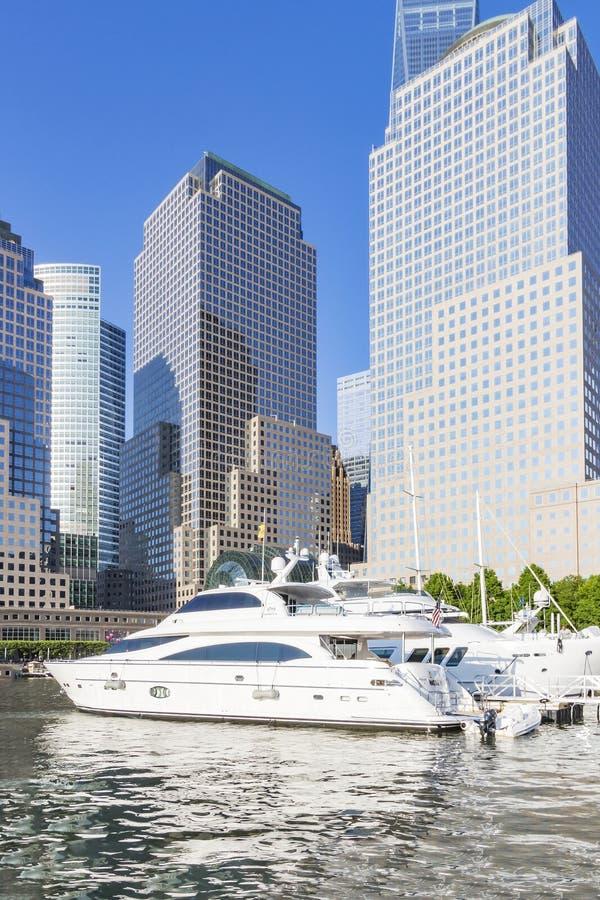 Vue sur les bateaux de luxe dans le port du nord de yacht de crique et les bâtiments du jardin d'hiver à New York, Etats-Unis photos libres de droits