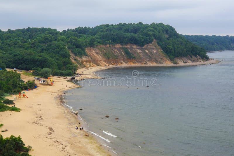 Vue sur les falaises, la plage de sable et une belle crique photo stock