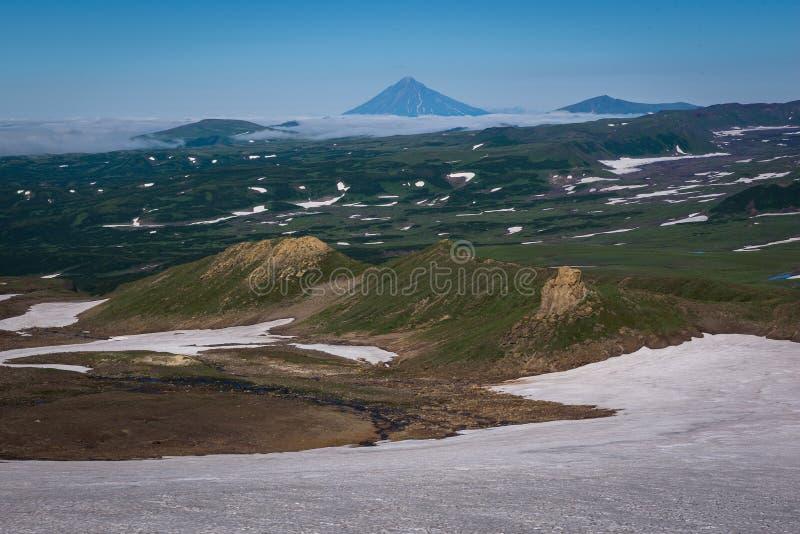 Download Vue Sur Les Montagnes Autour Du Volcan De Mutnovsky Image stock - Image du côtes, bleu: 76087261