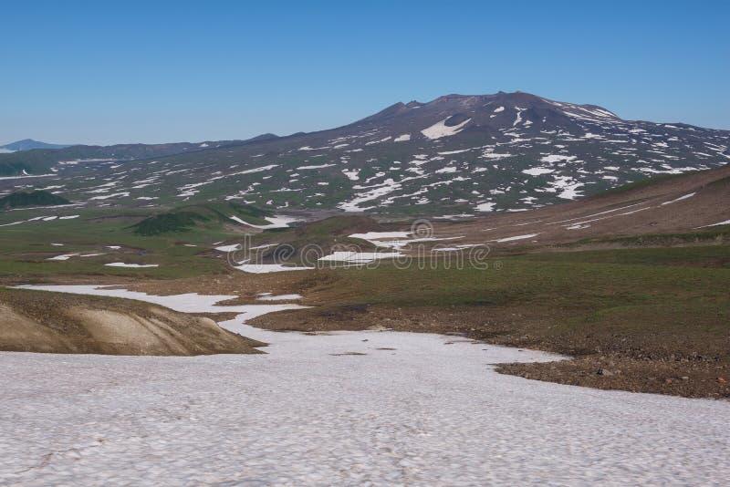 Download Vue Sur Les Montagnes Autour Du Volcan De Mutnovsky Photo stock - Image du glacier, fonte: 76088306